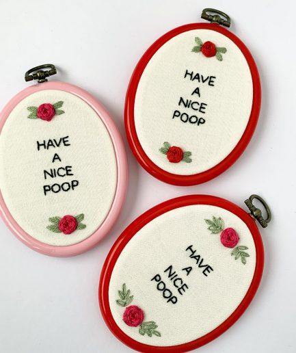 handgemaakte borduurwerken voor op het toilet