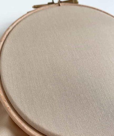 borduren op katoen stof beige