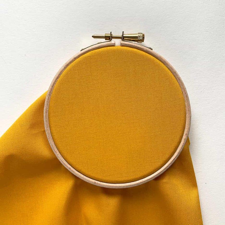 okergeel stof voor borduren