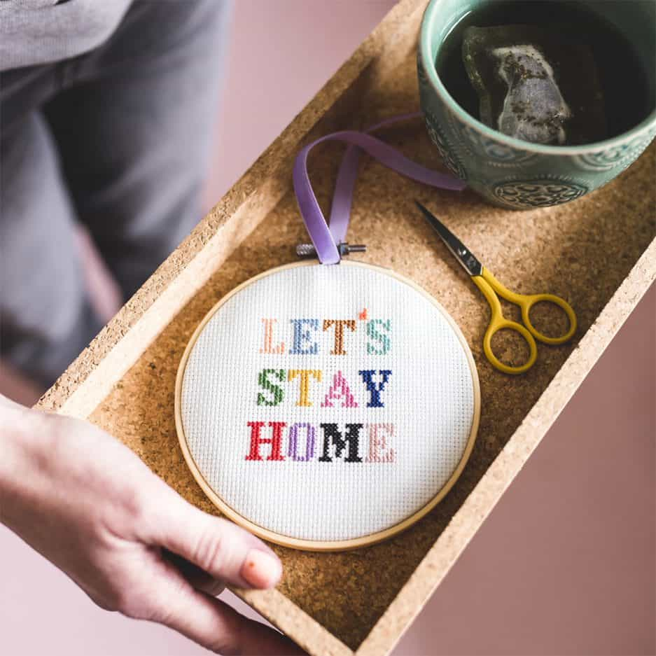 Cotton Clara borduurpakket: Let's stay home