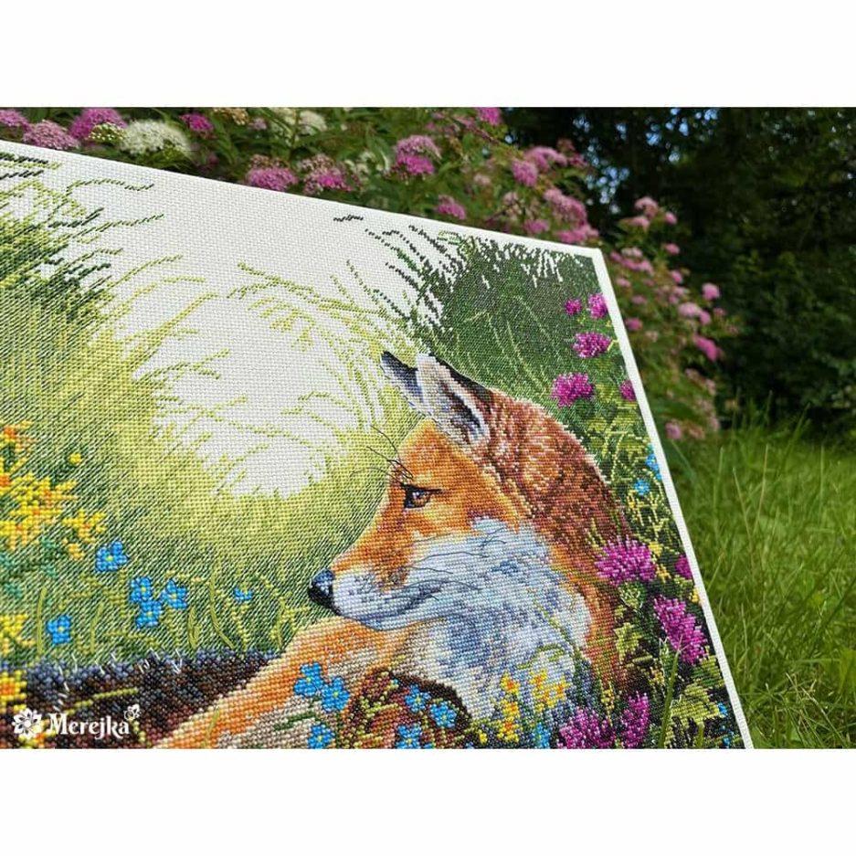Vos tussen bloemen borduurwerk